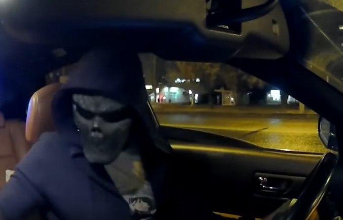 Водитель в маске устроил погоню за полицейскими