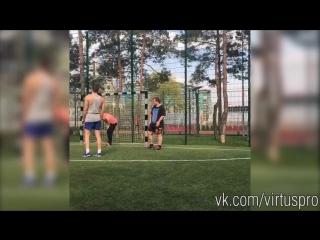 Состав Virtus.pro G2A по Dota 2 отдыхает на футбольном поле