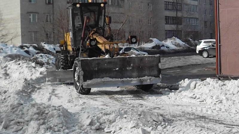 Грейдер ДЗ-122А и погрузчик Foton Lovol FL 935E на уборке снега