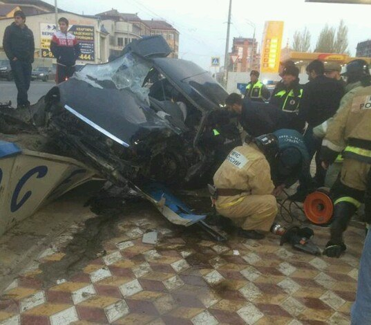 ВМахачкале автомобиль въехал вавтобусную остановку, двое погибли