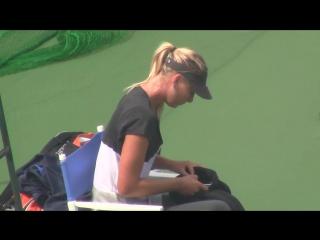 Мария Шарапова прервала тренировку, чтобы отправить смс своей любовнице Камилле Белль / Maria Sharapova sends SMS Camilla Belle