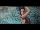 Laura De Sousa chica bikini pool