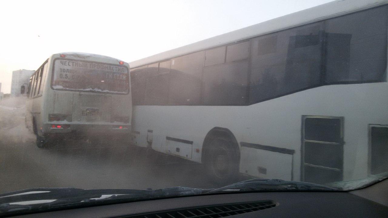 В Уфе столкнулись два автобуса, не поделившие пассажиров