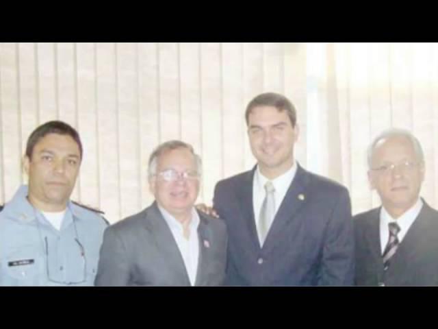 Flávio Bolsonaro se irrita com quem compartilha sua foto ao lado do Coronel pedófilo estuprador