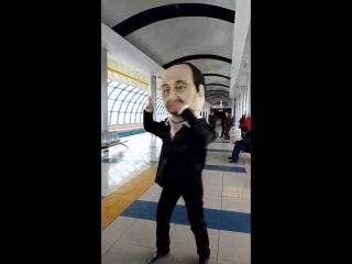 Стас Михайлов и Валерий Леонтьев дарят подарки в Казани в метро