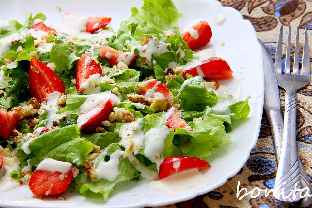 Салат с клубникой и орехами