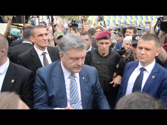 Порошенко особисто втрутився у бійку з вкладниками банку Михайлівський