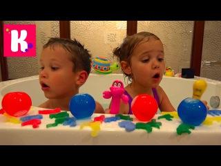 Мистер Макс и Мисс Катя В огромной ванной с Животными и водяными бомбочками Miss Katy Забросала папу водой игрушки для воды