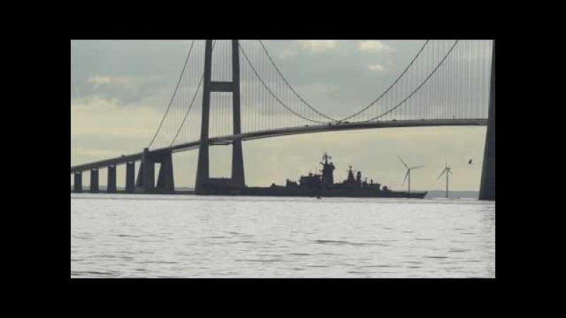 АПЛ ТК-208 «Дмитрий Донской» и крейсер «Пётр Великий» проходят мост Большой Бель ...