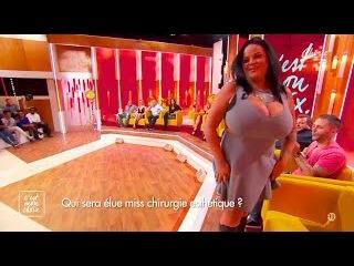 Sarah Fraisou se vante encore de son énorme poitrine - ZAPPING PEOPLE DU 06/04/2016