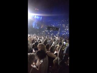 Порно в толпе на концерте — photo 10
