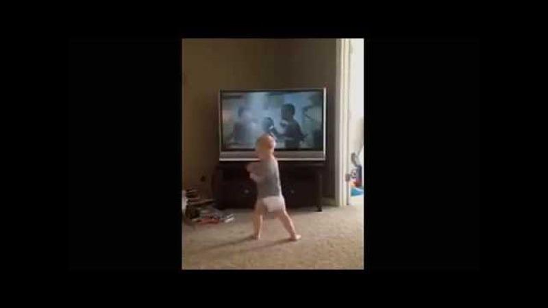 Este bebe entrena como Rocky Balboa