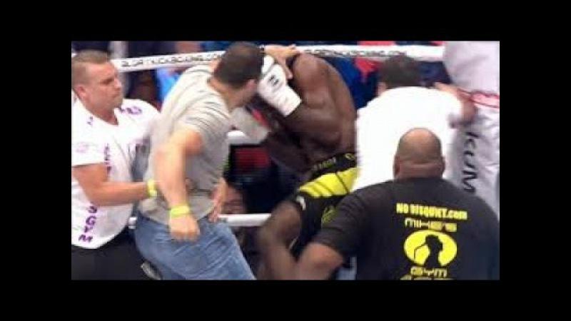 В Париже: разъярённые болельщики,избили кикбоксера на ринге,из-за подлого удара с зади!ВИДЕО