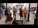 Случайная прохожая спела с уличными музыкантами - 'Такого, как Путин'