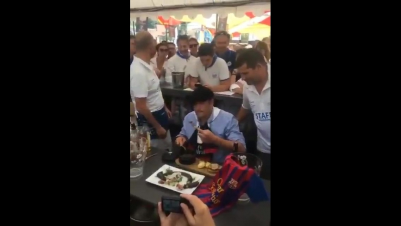 Мэр Мон-де-Марсан (Франция) публично съел крысу из-за проигрыша ПСЖ Барсе в ЛЧ