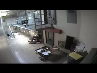 Охранник задушил заключенного