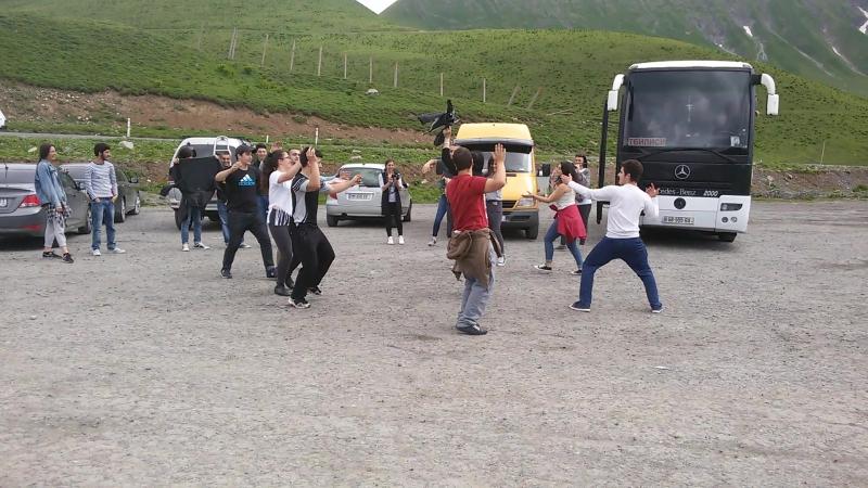 Кавказская молодежь танцует у арки дружбы народов