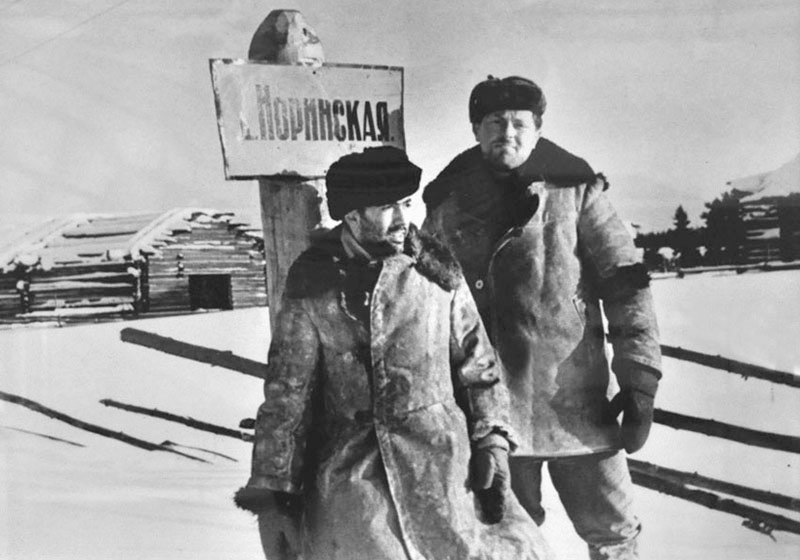 Анатолий Найман и Иосиф Бродский. Архангельская область, деревня Норинская (Норенская), февраль 1965.