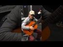Очень талантливый дедушка Браво ему классно играет на гитаре