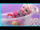 Кукла Пупсик Купается в ванне Открывает сюрпризы Плей До Игрушки Киндер сюрпризы Видео для детей