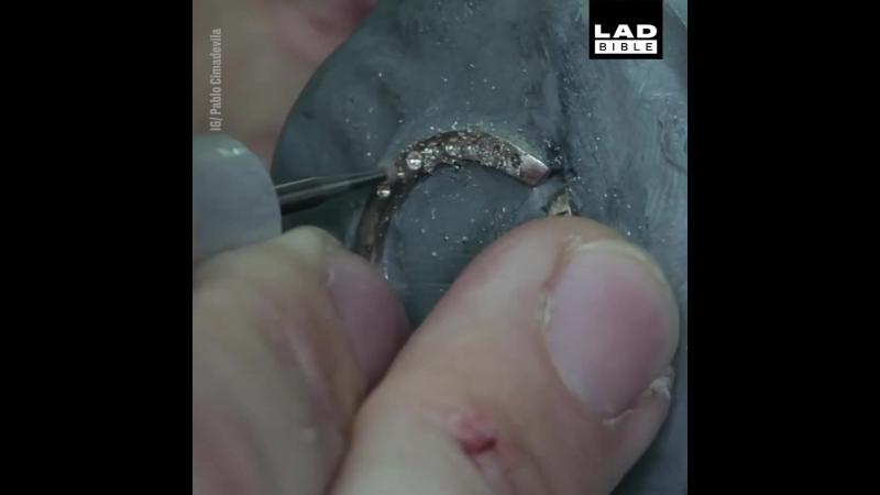 Сделал красивое кольцо с редкого черного диаманта для своего младшего брата, который хочет сделать предложение
