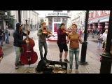 Девушка круто спела песню про Путина вместе с уличными музыкантами