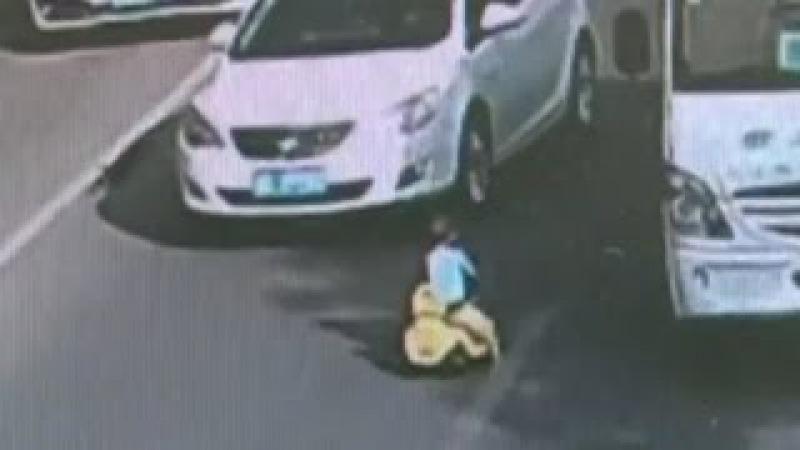 Criança invade trânsito com velocípede.