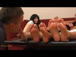 Мужик с удовольствием вылизал ножки трем красивым девушкам