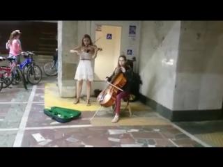 Девушки в Казани играют в переходе тему из TES: Skyrim
