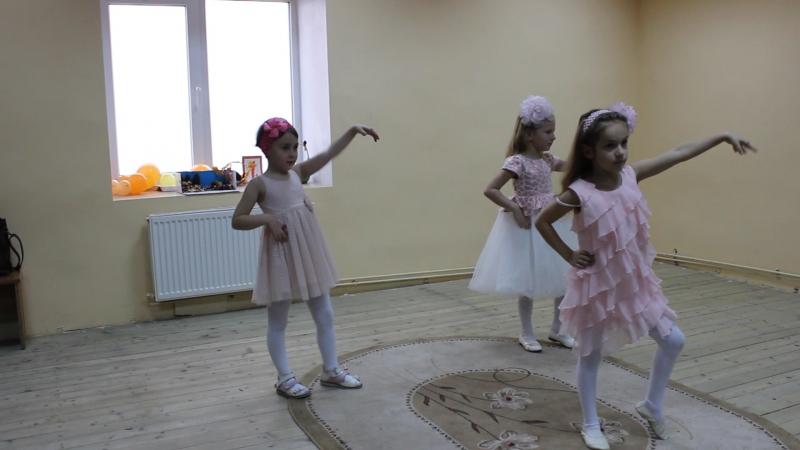 Модницы. Промзелева Полина, 6 лет. Зайцева Арина, 5 лет. Пилипенко Софья, 4 года.