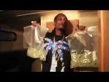 Снуп Догг с пакетами травы Snoop Dogg sings with weed