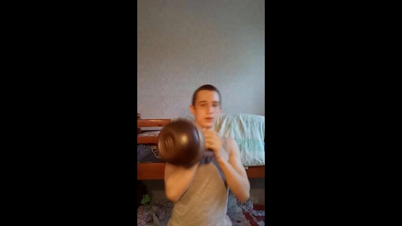 Жим гири 32 кг на 3 раза правой рукой(без помощи ног)