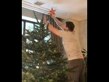 Муж Ксении Собчак Максим Виторган наряжает елку для своих любимых
