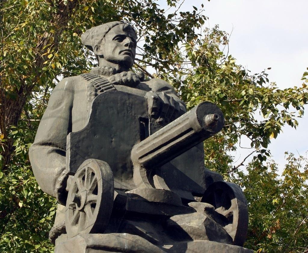 Еще этот памятник часто называют ″Памятник Пулеметчику″ (07.12.2016)