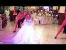 Красивая и жизнерадостная невеста великолепно поёт песню на свадьбе!Это просто супер!