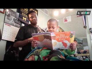 Парикмахер платит детям за чтение