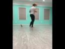Слепой котёнок бегает за своей хозяйкой используя только свой слух