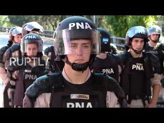 Аргентина: Сотни протеста сокращения социального обеспечения в Буэнос-Айресе.