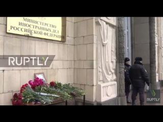 Россия: Присутствующие на похоронах почтили Виталий Чуркин за пределами МИД в Москве.