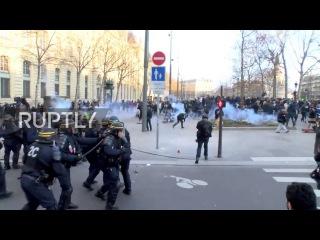 Франция: Полиция получили ранения камнями в борьбе с жестокость полиции демонстрации в Париже.