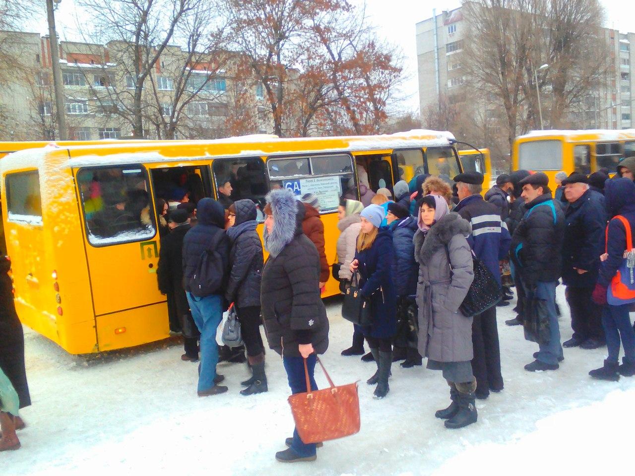 """Во Львове """"километровые"""" очереди на автобусы"""