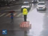Девушка закрывает регулировщика от дождя