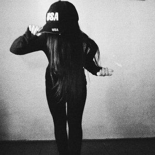 Фото девушка грустит спиной