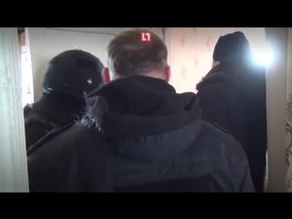 Появилось видео задержания жителя Омска, захватившего в заложники 13-летнюю