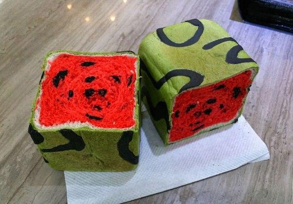 Тайваньская пекарня изобрела буханку хлеба, которая выглядит так же, как эксцентричные квадратные арбузы популярные в Японии.