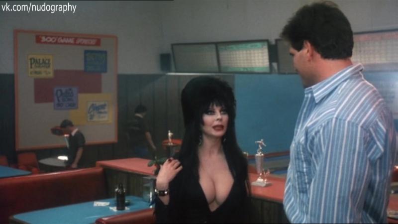 Грудь в драке Кассандра Петерсон Cassandra Peterson Эльвира Повелительница тьмы Elvira Mistress of the Dark 1988