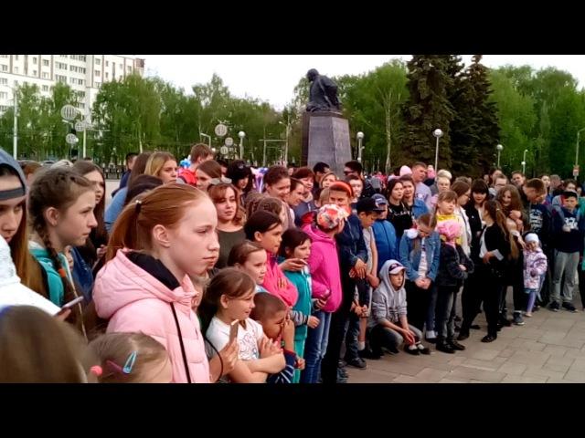 Туса Джуса на площади перед СТКО (бывший Башдрамтеатр) / город Стерлитамак (видео от 18.05.2017 года)