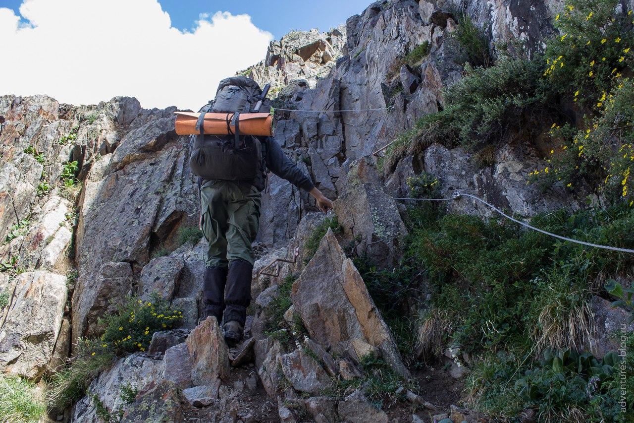 Начало скального подъема на Купол. Тросы и скобы.