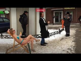 Девушка морж загорает в центре Москвы в купальнике зимой