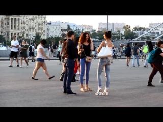 Скромный и неопытный парень знакомиться с двумя девушками в центре москвы. ПИКАП / ЗНАКОМСТВО